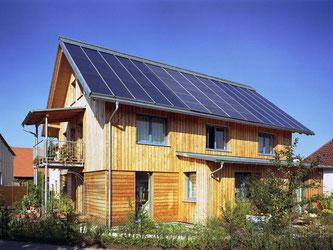Autark leben vom kommerziellen Energiemarkt? Möglich ist das etwa durch die intensive Nutzung von Sonnenenergie, die mit großen Solaranlagen auf dem Dach eingefangen wird. Foto: Sonnenhaus-Institut