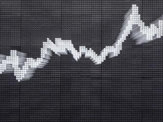 Der Deutsche Aktienindex kletterte nach wochenlangem Anlauf auf seine fast genau zwei Jahre alte Bestmarke von 12 390 Punkten am Montag auf ein Rekordhoch von 12 398 Zählern. Foto: Frank Rumpenhorst