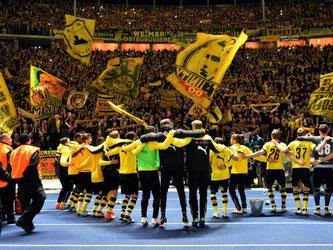 Die BVB-Spieler feierten den Final-Einzug mit ihren Fans. Foto: Wolfram Kastl
