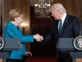 Angela Merkel und Donald Trump geben sich zum Abschluss einer gemeinsamen Pressekonferenz die Hand. Foto: Pablo Martinez Monsivais