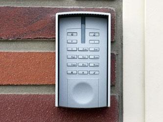 Elektronisches Zahlenschloss einer Alarmanlage: Redakteure des Computermagazins «c't» haben gefährliche Sicherheitslücken entdeckt. Foto: Patrick Pleul/Archiv