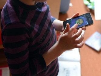 Wenn Kinder ständig am Handybildschirm hängen, steigt das Risiko von Hyperaktivität und Konzentrationsschwäche - so das Ergebnis einer aktuellen Studie. Foto: Jens Kalaene/dpa