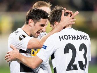 Gladbachs Torschütze Lars Stindl (l) und Jonas Hofmann jubeln über den Sieg beim AC Florenz. Foto: Marius Becker