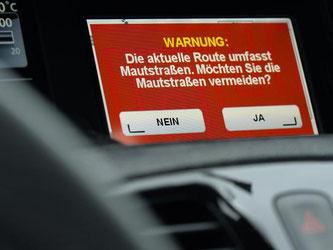 Kritiker der Pkw-Maut hoffen, dass Bundespräsident Gauck die Unterschrift unter das Gesetz verweigert. Foto: Felix Kästle/Archiv