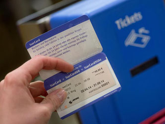 Einige Arbeitgeber erstatten ihren Mitarbeitern die Kosten für ein Monatsticket. Wird die Karte ausreichend für Dienstfahrten genutzt, fallen für die Nutzer keine Steuern an. Foto: Sven Hoppe