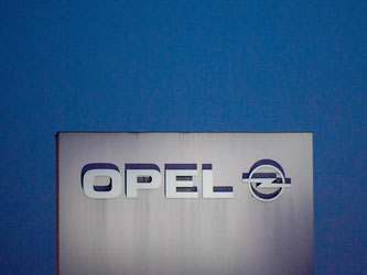 Das Opel-Logo in Rüsselsheim. Gerade am Stammsitz des Unternehmens sehen Experten Jobs gefährdet. Foto: Andreas Arnold