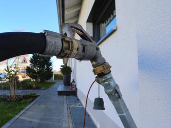 Wenn mehrere Hausbesitzer sich zusammentun, können sie sich bei einer Sammelbestellung einen günstigeren Heizölpreis sichern. Foto: Karl-Josef Hildenbrand/dpa