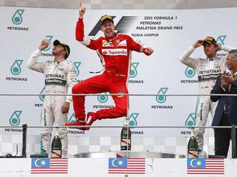 Sebastian Vettel jubelt ausgelassen über seinen ersten Sieg überhaupt im Ferrari. Foto: Fazry Ismail