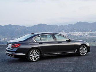 Auf Wunsch nimmt der Luxusliner dem Fahrer einiges ab. Möglich ist das durch die Spurführung, den Lenkeingriff und die Abstandsregelung samt Einhaltung des Tempolimits. Auch das Parken übernimmt er alleine. Foto: BMW