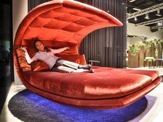 Das Sofabett «Lovers Paradise» von Signet steht ganz in Zeichen von Samt und Plüsch. Foto: Koelnmesse GmbH