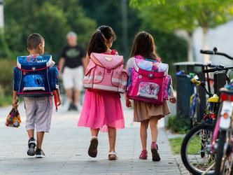 Bei Schulranzen sollten Eltern auf ausreichend Signalflächen achten. Foto: Monika Skolimowska/dpa