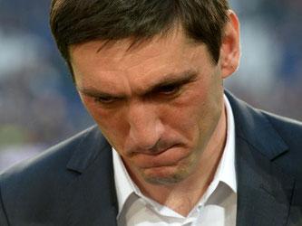 Die Tage von Tayfun Korkut als Trainer bei Hannover 96 sind gezählt. Foto: Peter Steffen