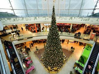 Ein Weihnachtsbaum in einem Einkaufscenter. Foto: Alexander Körner/Archiv