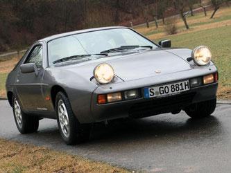 Augen auf beim 928-Kauf: Der 928 mit den charakteristischen Klappscheinwerfern gilt bei Experten verglichen mit dem 911 als komplizierte Konstruktion. Foto: Thomas Geiger/dpa-tmn