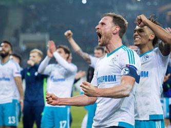 Schalke feiert. Der Einzug ins Viertelfinale ist geglückt. Foto: Marius Becker