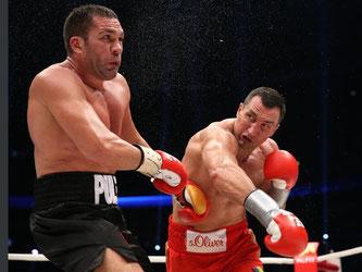Wladimir Klitschko (r) besiegte Kubrat Pulew durch K.o. in der fünften Runde. Foto: Christian Charisius