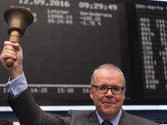 Der Uniper-Vorstandsvorsitzende Klaus Schäfer läutet die traditionelle Glocke anlässlich der Bekanntgabe der Erstnotierung. Foto: Boris Roessler