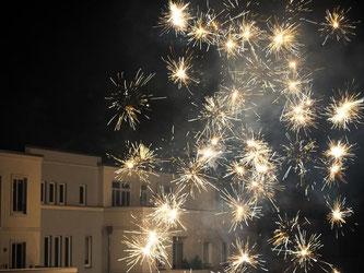 Raketen gehören zum Start ins neue Jahr. Gerade in Mehrfamilienhäusern sollten Feiernde es aber nicht übertreiben. Foto: Andrea Warnecke