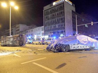 Ein verunglücktes Testfahrzeug und ein beschädigter Polizeibus stehen in der Innenstadt von Stuttgart. Foto: Sven Friebe