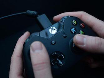 Xbox-Controller in Aktion. Microsoft will mit zahlreichen neuen Spielen für die Xbox One bei den Gamern punkten. Foto: Andy Rain/Archiv