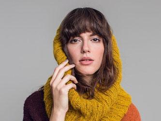 Lässig und gemütlich sind die Snoods - sie kombinieren Schal und Kapuze. Foto: Initiative Handarbeit/Georg Roske
