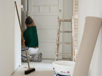 Verpflichtet der Mietvertrag zu regelmäßigen Ausbesserungsarbeiten und auch zur Renovierung beim Auszug, dann ist das eine doppelte Belastung. Diese muss der Mieter nicht hinnehmen. Foto: Kai Remmers