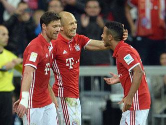 Xabi Alonso (l-r), Arjen Robben und Thiago feiern das 3:0 gegen Hertha. Foto: Andreas Gebert