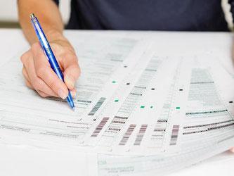 Von der Abgabe der Steuererklärung profitieren: Wenn Steuerpflichtige noch bis Ende des Jahres ein paar Tricks beachten, können sie meist ihre Steuerlast senken. Foto: Monique Wüstenhagen