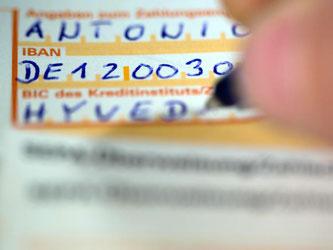 Ein Vordruck für SEPA-Überweisungen mit der internationalen Kontonummer IBAN. Erhöhen die Banken bald ihre Gebühren? Foto: Jens Büttner