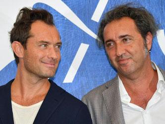 Regisseur Paolo Sorrentino (r.) und Jude Law stellten ihren Film «Der junge Papst» in Venedig vor. Foto: Ettore Ferrari