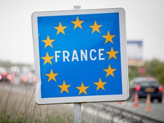 Für die Einfahrt in einige französische Städte benötigen Wagen, die nach dem 31. Dezember 1996 erstmalig zugelassen wurden, nun eine Umweltplakette. Foto: Kay Nietfeld/dpa
