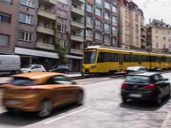 Autos fahren in Stuttgart neben einer Stadtbahn. Foto: Lino Mirgeler/Archiv
