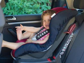 Kindersitze sollen den Nachwuchs vor Verletzungen bei einem Unfall schützen. Eltern haben beim Kauf die Wahl: In einem Test schnitten 14 Sitze mit «gut» ab. Foto: Patrick Pleul