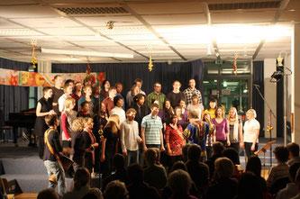 Der Gospelchor Dumela singt an der Oscar-Walker-Schule ein Weihnachtskonzert.