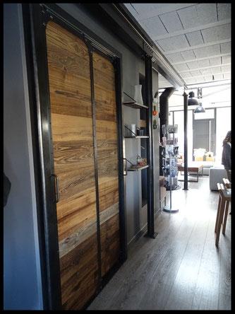 Porte coulissante en bois et métal, sur mesure.