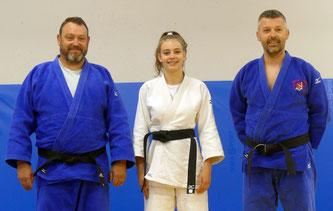 Jade TIJOU entouré par ses professeurs, Jean-François TIJOU à gauche (son papa) et David MANDIN à droite