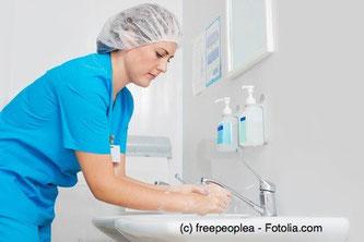 Hände waschen und desinfizieren vor und nach jedem Patientenkontakt ist für Krankenhauspersonal die wichtigste Schutzmaßnahme.