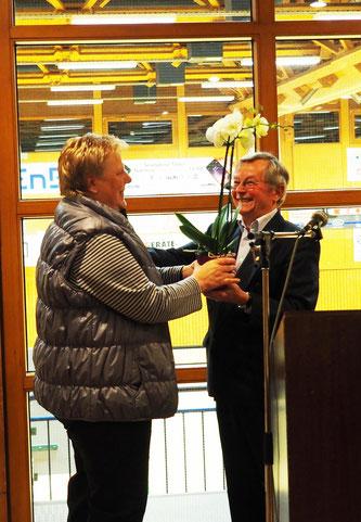 ein Dankeschön für die Vorsitzende Gudrun Buschle