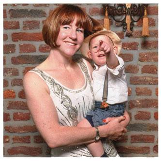"""Silke mit ihrem Sohn in """"Liebling Berlin""""-Outfit"""