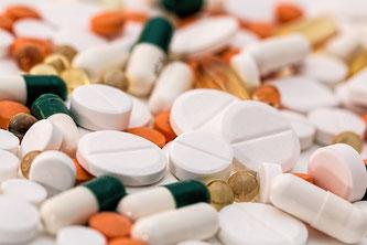 Pillen in unterschiedlicher Form und Farbe
