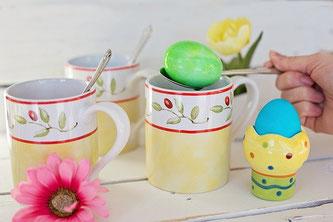 Ostereier färben Tassen Löffel