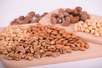 Unterschiedliche Nüsse auf Holzschneidebrettern