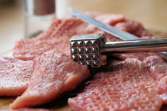 Fleisch unterm Schnitzelklopfer