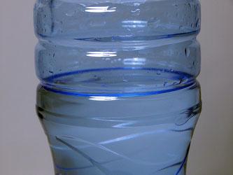 Mineralwasserflasche halb voll
