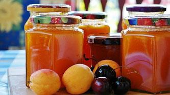 Marmelade in Gläsern mit Früchten