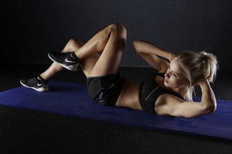 Hübsche Frau beim trainieren