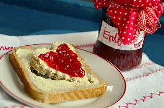 Glas Erdbeermarmelade Brot Butter Herz