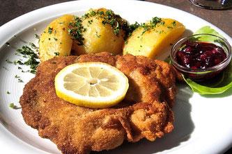 Wiener Schnitzel mit Kartoffeln und Zitrone