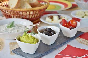 Aufstriche Brot Olive Tomaten Käse