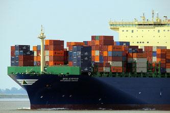 Schiff mit Containern